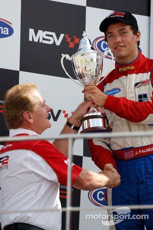 Jonathan Palmer, PDG de Motorsport Vision, présente le trophée de deuxième du championnat à son fils Jolyon Palmer