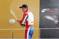 Jolyon Palmer célèbre sa deuxième place au championnat