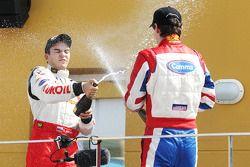 Sergey Afanasiev célèbre sa troisième place au championnat avec Jolyon Palmer