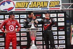 Podium: race winner Helio Castroneves, Team Penske, second place Dario Franchitti, Target Chip Ganas