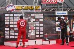 Podium: race winner Helio Castroneves, Team Penske, second place Dario Franchitti, Target Chip Ganas