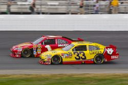 Jamie McMurray, Earnhardt Ganassi Racing Chevrolet and Clint Bowyer, Richard Childress Racing Chevrolet