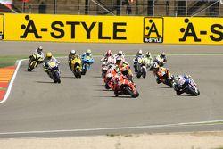 Старт: Кейси Стоунер, Ducati Marlboro Team и Хорхе Лоренсо, Fiat Yamaha Team лидируют
