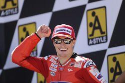 Подиум: победитель гонки - Кейси Стоунер, Ducati Marlboro Team празднует