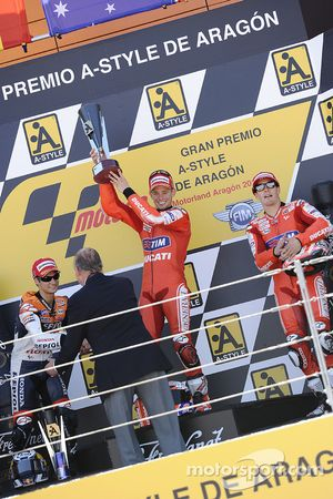 Подиум: победитель гонки - Кейси Стоунер, Ducati Marlboro Team, второе место - Дани Педроса, Repsol