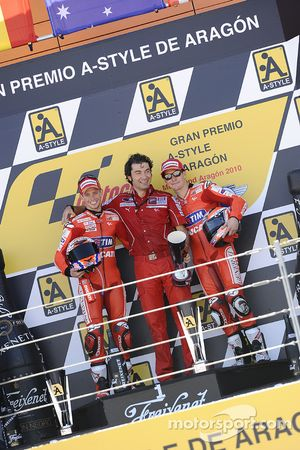 Подиум: победитель гонки - Кейси Стоунер, Ducati Marlboro Team, третье место - Ники Хейден, Ducati Marlboro Team