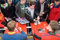 Anton Nebylitskiy et Victor Garcia signent des autographes pour les fans