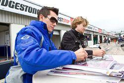 Mikhail Aleshin et Jake Rosenzweig signent des autographes pour les fans