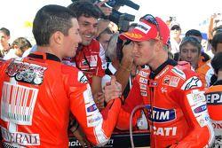 Победитель гонки - Кейси Стоунер, Ducati Marlboro Team празднует с занявшим третье место - Ники Хейденом, Ducati Marlboro Team