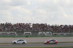 Andy Priaulx, BMW Team RBM, BMW 320si et Fredy Barth, Seat Leon 2.0 TDI
