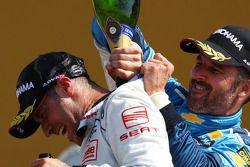 Podium, Tiago Monteiro, SR-Sport, Seat Leon 2.0 TDI et Yvan Muller, Chevrolet, Chevrolet Cruze LT