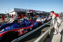 Allan McNish regarde la #5 Beechdean Mansell Ginetta-Zytek 09S de Leo Mansell et Greg Mansell
