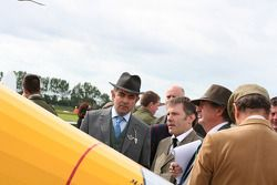 Nick Mason en Rowan Atkinson judges the planes