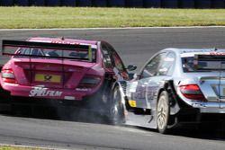 Ralf Schumacher (Mercedes) percute Susie Stoddart (Mercedes)