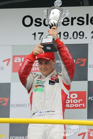 Podium: le vainqueur Valtteri Bottas, ART Grand Prix Dallara F308 Mercedes