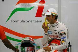 Vitantonio Liuzzi, Force India F1 Team eet een banaan