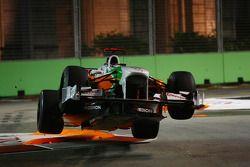 Adrian Sutil (Force India) en l'air après être monté sur le vibreur de la chicane