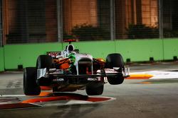 Адриан Сутиль, Force India F1 Team в воздухе после атаки поребриков