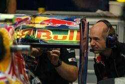 Adrian Newey, directeur technique Red Bull, observe sa création