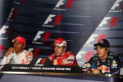 Ganador de la pole Fernando Alonso, Scuderia Ferrari, segundo Sebastian Vettel, Red Bull Racing, y
