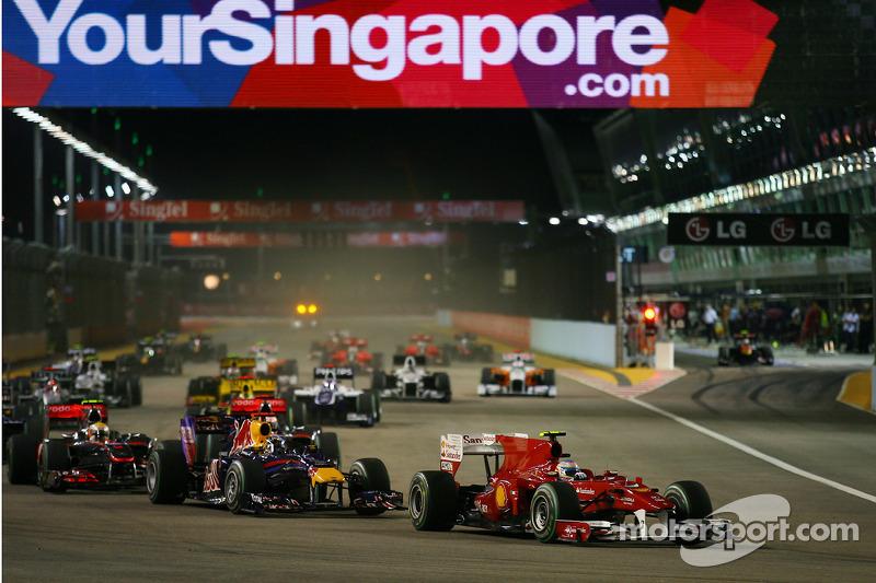 Considerando os pilotos em atividade, Fernando Alonso é o único que também tem um Grand Chelem. Seu feito veio no GP de Cingapura de 2010.