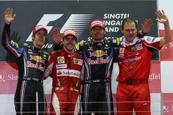 Подиум: победитель гонки Фернандо Алонсо, Scuderia Ferrari, Себастьян Феттель, Red Bull Racing, Марк