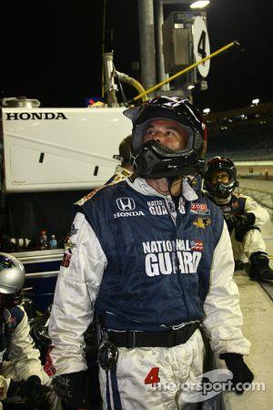 Un mécanicien Panther Racing regarde la course sur le grand écran