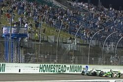 Danica Patrick, Andretti Autosport et Tony Kanaan, Andretti Autosport, franchissent le drapeau à dam