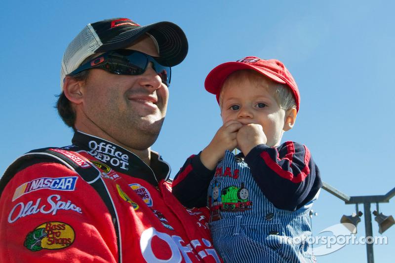 Tony Stewart, Stewart-Haas Racing Chevrolet en Darian Grubb's zoon, Gavin