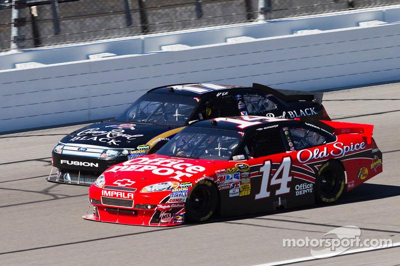 Tony Stewart, Stewart-Haas Racing Chevrolet, y Matt Kenseth, Roush Fenway Racing Ford