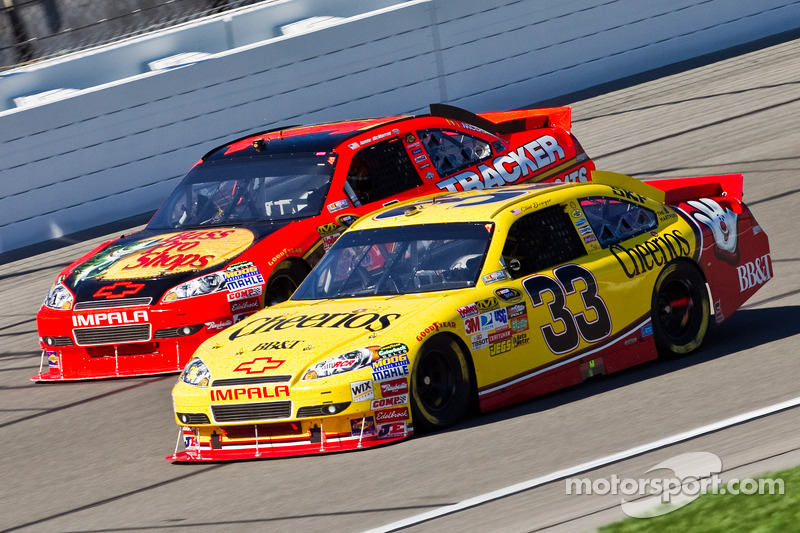 Clint Bowyer, Richard Childress Racing Chevrolet en Jamie McMurray, Earnhardt Ganassi Racing Chevrol