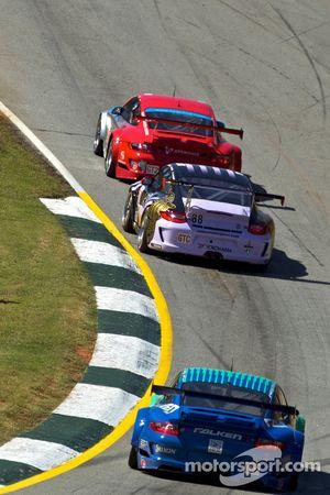 La Porsche 911 GT3 RSR N°44 de Darren Law, Seth Neiman et Marco Holzer, la Porsche 911 GT3 Cup N°88