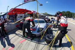 Pit stop pour la Ford GT N°40 de David Robertson, Andréa Robertson et Craig Stanton