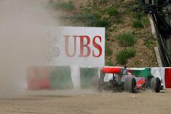 Jenson Button, McLaren Mercedes, sort de la piste