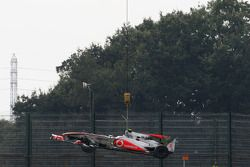 Coche de Lewis Hamilton, McLaren Mercedes después del coche durante la primera práctica