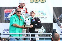 Fuzzy Zoeller présente Brandon Wagner avec le trophée du vainqueur