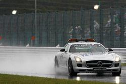 La Safety car vérifie l'état de la piste avant la qualification
