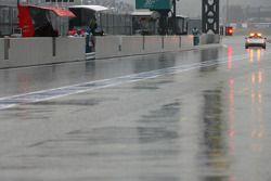 La Safety car attend avant de partir vérifier l'état de la piste avant la qualification