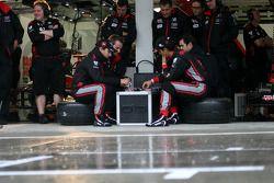 Timo Glock, Virgin Racing et Lucas di Grassi, Virgin Racing jouent au poker