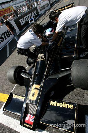 Takuma Sato pilote la Lotus Ford de 1976 de Gunnar Nilson