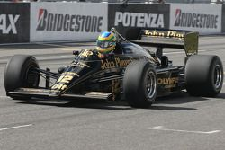 Bruno Senna, Hispania Racing F1 Team conduce el Lotus Renault Turbo 1986 de Ayrton Senna