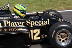 Bruno Senna, Hispania Racing F1 Team conduce el Lotus Renault Turbo 1986 de Ayrton Senna