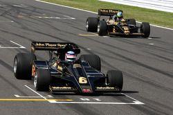 Takuma Sato pilote la Lotus Ford de 1976 de Gunnar Nilson, Bruno Senna, Hispania Racing F1 Team, pilote la Lotus Renault Turbo de 1986 d'Ayrton Senna