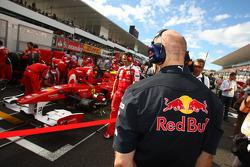Adrian Newey, Red Bull Racing, Technical Operations Director checkt de Ferrari