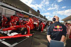 Adrian Newey, directeur technique de Red Bull Racing, observe la Ferrari