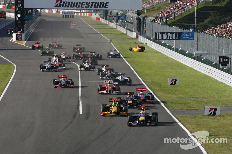 Sebastian Vettel, Red Bull Racing aan de leiding bij de start, Vitaly Petrov, Renault F1 Team crash