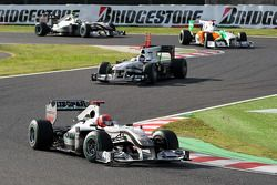 Michael Schumacher, Mercedes GP devance Nick Heidfeld, BMW Sauber F1 Team