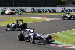 Rubens Barrichello, Williams F1 Team devance Michael Schumacher, Mercedes GP