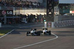 Nico Hulkenberg, Williams F1 Team et Kamui Kobayashi, BMW Sauber F1 Team