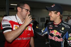 Le vainqueur Sebastian Vettel, Red Bull Racing avec Stefano Domenicali, directeur sportif de la Scud